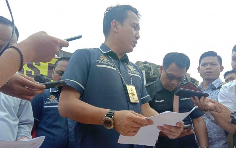 Kasubdit Tipidter Ditreskrimsus Polda Kalteng AKBP Manang Soebeti memberikan penjelasan saat press rilis kayu ilegal berdokumen palsu.