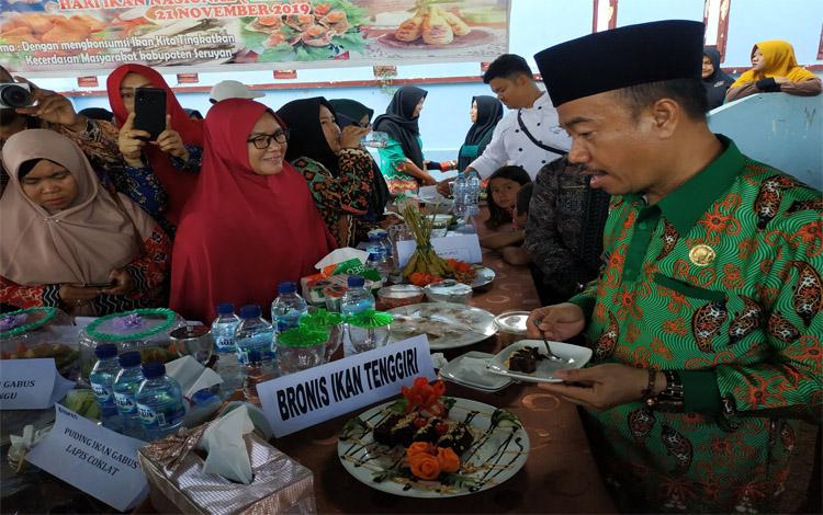 Bupati Seruyan Yulhaidir saat mencicipi Bronis Ikan Tenggiri hasil kreasi peserta lomba inovasi hasil ikan