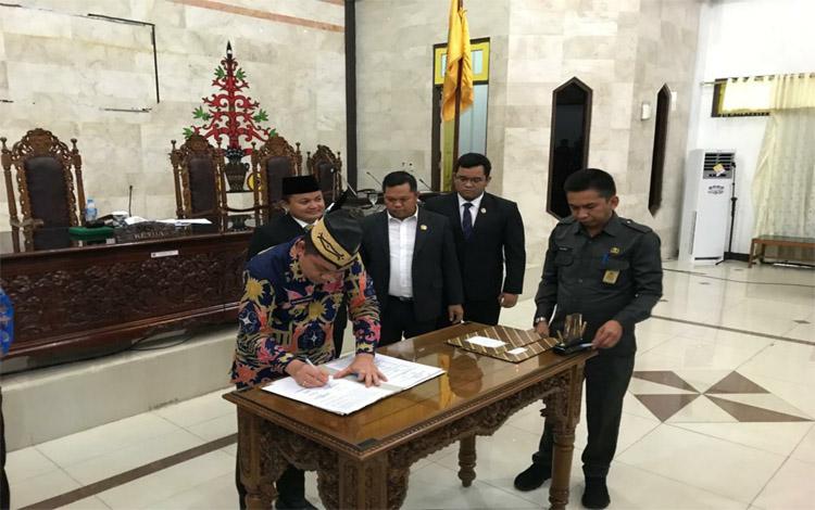 Penandatanganan persetujuan rencana Pemkab Kapuas melakukan pinjaman daerah di ruang rapat paripurna DPRD, Kamis sore 21 November 2019