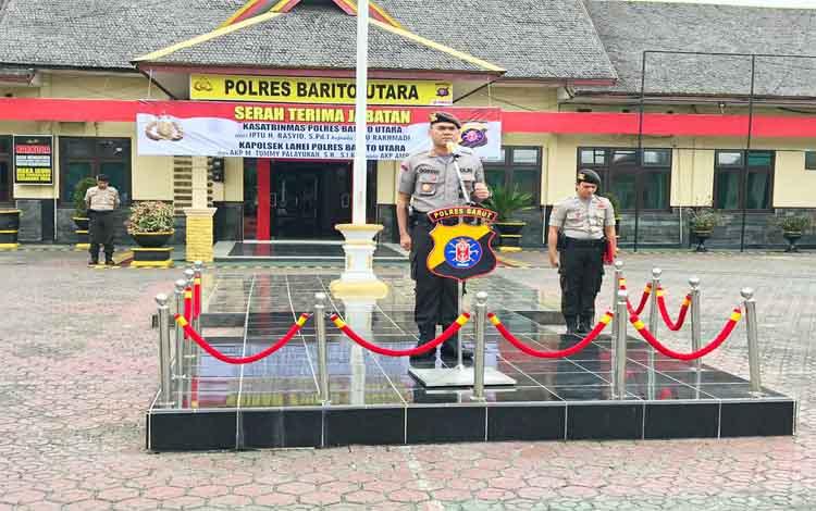 Kapolres Barito Utara AKBP Dostan Matheus Siregar memimpin upacara serah terima jabatan 2 perwira, Kamis 21 November 2019
