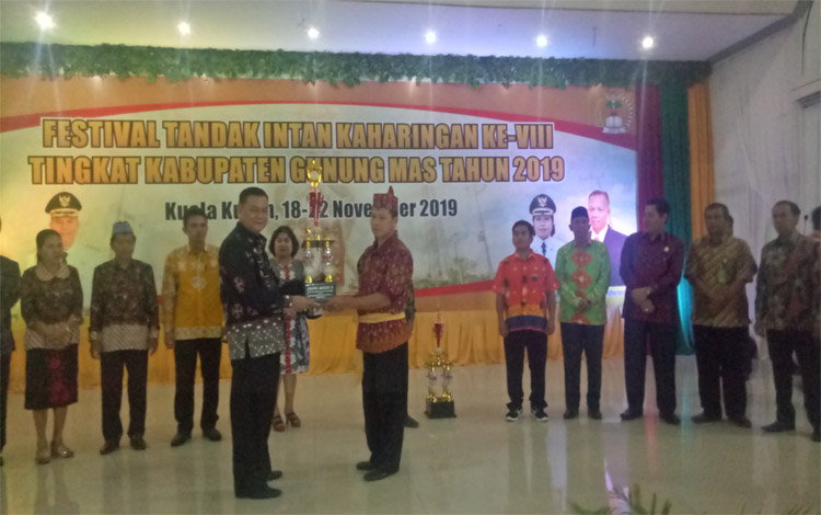 Sekda Gunung Mas, Yansi Terson menyerahkan piala kepada pemenang Festival Tandak Intan