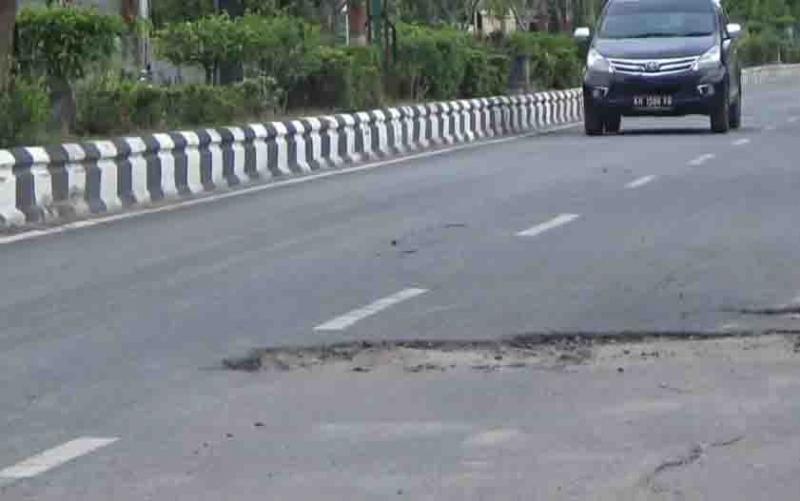 Kerusakan di Jalan Ahmad Yani Sampit akibat perbaikan drainase.