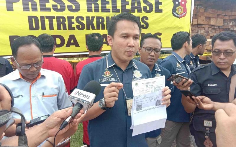 Kasubdit Tipidter Ditreskrimsus Polda Kalteng, AKBP Manang Soebeti saat press rilis kasus kayu ilegal dengan dokumen palsu, Kamis, 21 November 2019.