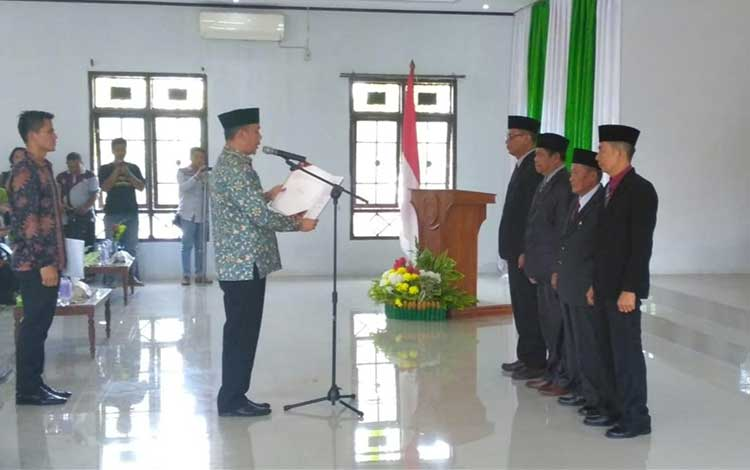 Bupati Sukamara Windu Subagio mengukuhkan Pimpinan Badan Amil Zakat Basional (Baznas) Kabupaten Sukamara pada Jumat, 22 November 2019 di Gedung Gawi Barinjam.