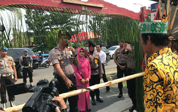 Penyambutan Kapolres Kapuas yang baru AKBP Esa Estu Utama diawali dengan tradisi potong pantan di depan polres, Jumat, 22 November 2019.