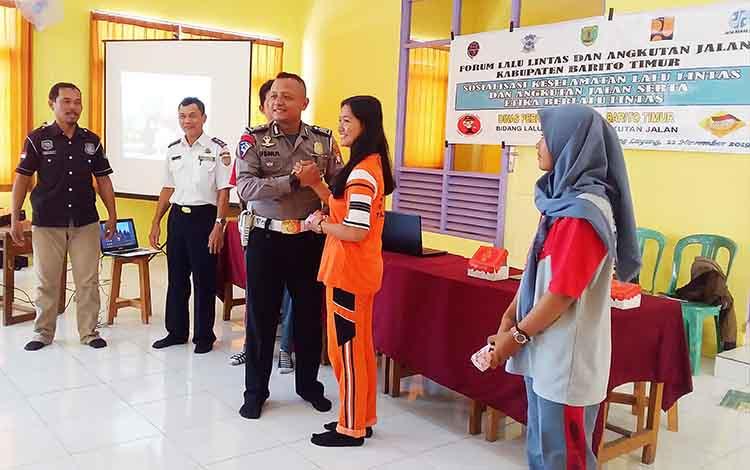 Sosialisasi keselamatan berlalu lintas di SMK Negeri 2 Tamiang Layang.