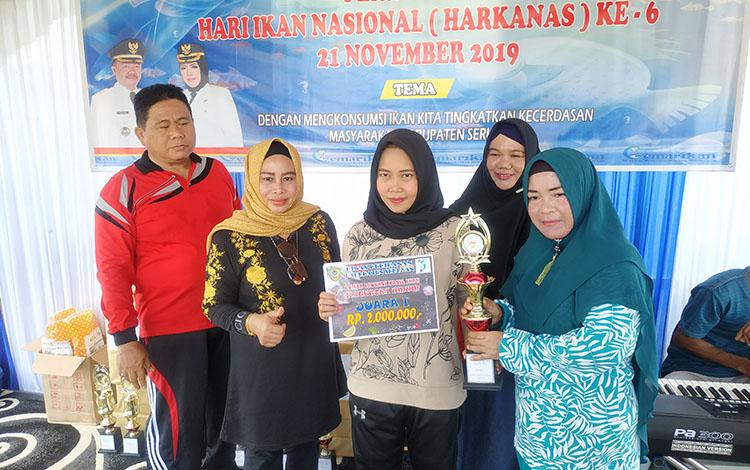 Ketua TP PKK Seruyan, Fauziah Yulhaidir didampingi Kadis Perikanan dan isteri, bersama Mira Wati, pemenang lomba inovasi hasil ikan untuk kategori umum.