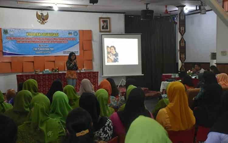 Sosialisasi perlindungan anak terpadu berbasis masyarakat untuk KLA di gedung Lawang Kameloh Kuala Kapuas yang digelar Dinas P3APPKB, Jumat, 22 November 2019.