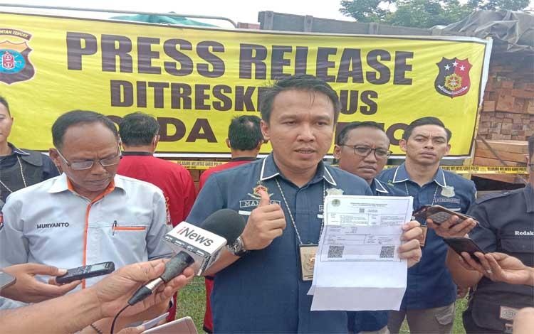 Kasubdit Tipiditer Ditreskrimsus Polda Kalteng AKBP Manang Soebeti saat menjelaskan terkait korporasi yang terlibat kasus karhutla dan lahan terbakarnya disegel, Jumat 22 November 2019