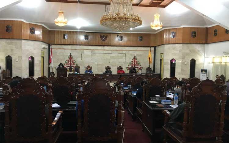 Suasana rapat paripurna penyampaian pemandangan umum fraksi pendukung DPRD Kapuas. Semuanya sepakat bahas Raperda APBD 2020 pada Jumat, 22 November 2019
