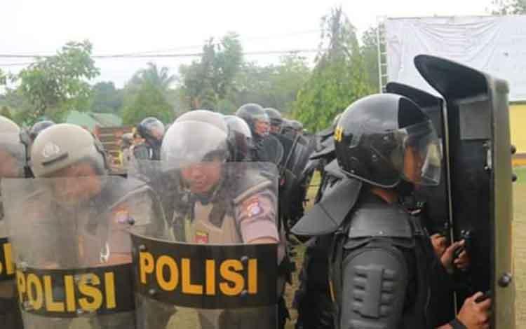Personel Polda Kalteng saat menggelar latihan pengamanan Demosntrasi beberapa waktu lalu.