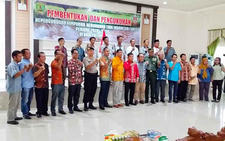 Pengurus DPC HKTI Barito Timur Periode 2019-2024 berfoto bersama Bupati dan Kepala Dinas Pertanian dan Peternakan Kabupaten Barito Timur