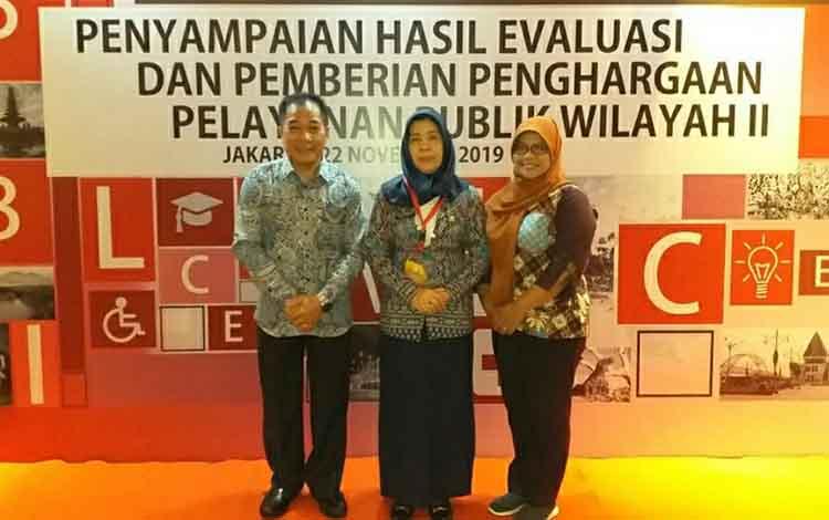 Sekretaris Disdukcapil Kapuas Sipie S Bungai (kiri) mengatakan pihaknya berhasil meraih penghargaan pelayanan publik kategori baik