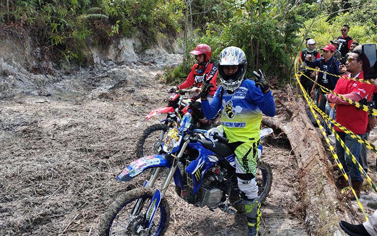 PesertaGawi Barinjam Trail Adventure 2019saat siap-siap melewati tanjakan di Bukit Manggis di Kabupaten Sukamara