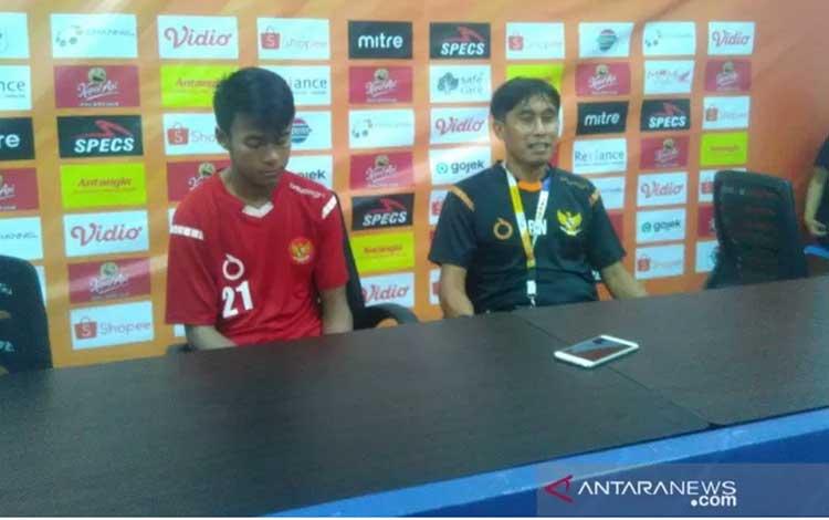 Pelatih tim pelajar Indonesia Bambang Warsito (kanan) dan pemain sayap Muhammad Supriadi (kiri) menghadiri konferensi pers purnalaga melawan Malaysia yang dimainkan di Stadion Batakan, Balikpapan, Jumat (22/11/2019). (ANTARA/A Rauf Andar Adipati)
