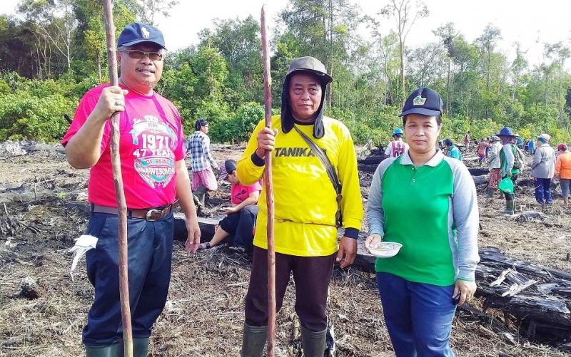 Kepala Dinas Pertanian dan Peternakan Kabupaten Barito Timur, Riza Rahmadi bersama Kepala BPP Dusun Timur ikut menanam padi di Desa Sarapat.