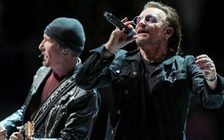 Bono (kanan) dan The Edge tampil di konser tur U2 eXPERIENCE + iNNOCENCE di London, Inggris (24/10/2