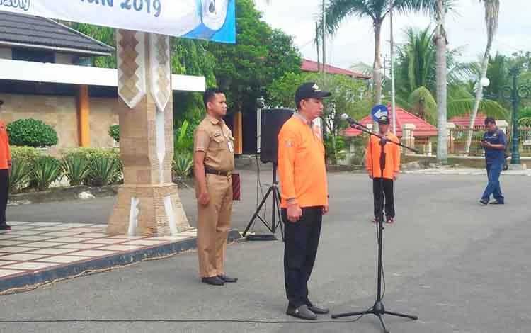 Bupati Barito Utara, H Nadalsyah saat melepas peserta  kemah Eksekutif, Legislatif dan Yudikatif (ELY) Berkah tahun 2019, di halaman kantor bupati setempat, Senin 25 November 2019.