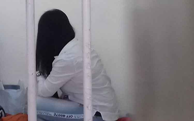 Risna Listiana alias Isna terdakwa sabu saat di sel tahanan Pengadilan Negeri Sampit. Janda ini divonis 7 tahun penjara