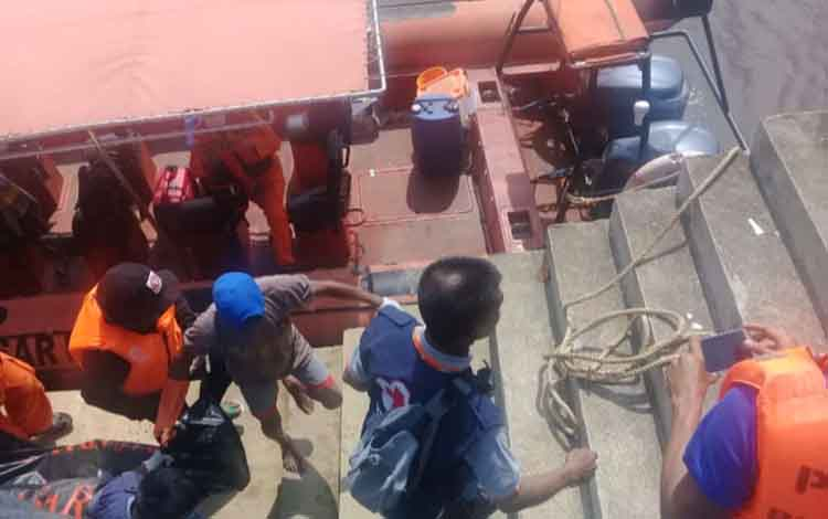 Sejumlah petugas saat mengevakuasi korban tenggelam. Ayah korban meminta polisi untuk mengusut tuntas kasus tenggelam anak, Senin, 25 November 2019
