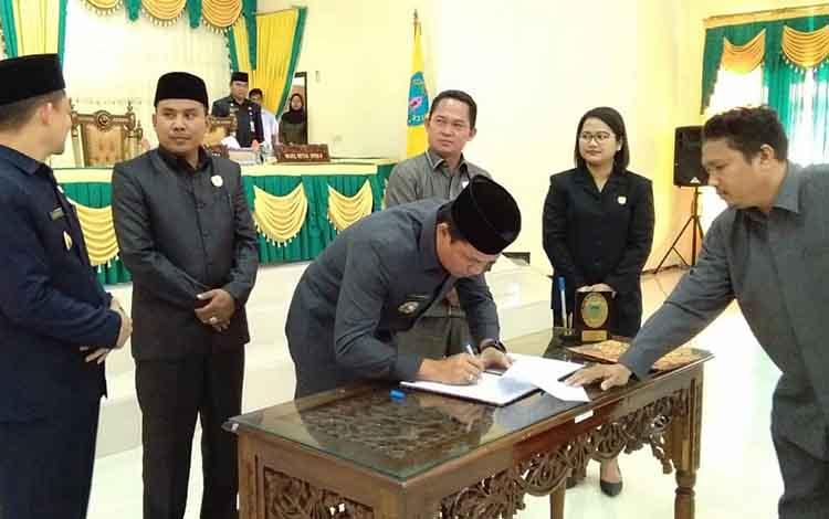 Bupati Lamandau H Hendra Lesmana saat tandatangani berita acara hasil Rapat Paripurna pengesahan APBD 2020, Senin 25 November 2019. Eksekutif dan legislatif Kabupaten Lamandau setujui Ranperda APBD 2020.