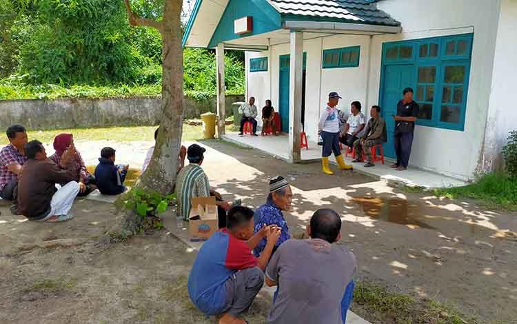 Sejumlah keluarga korban saat menunggu di kamar jenazah RSUD Dr Murjani Sampit. Saat ini polisi telah mengamankan seorang pria terkait kasus tenggelam anak, Senin, 25 November 2019
