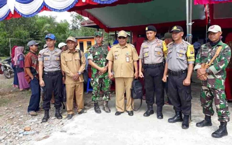 Camat Katingan Kuala, Suryanto bersama aparat keamanan memantau pelaksanaan pilkades serentak, Senin, 25 November 2019.