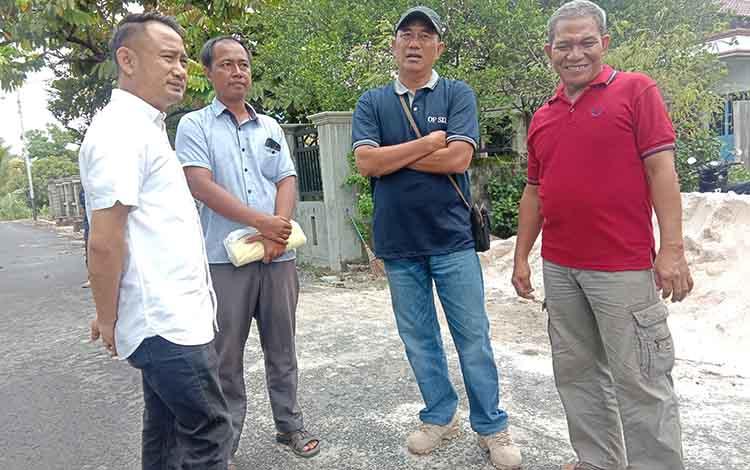 Wali Kota Palangka Raya, Fairid Naparin berbincang dengan warga Jalan Betutu IVA, Minggu 24 November 2019. Wali kota meminta warga untuk mengajukan proposal untuk perbaikan drainase