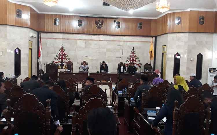 Suasana saat pemandangan akhir fraksi pendukung dewan dalam Rapat Paripurna. Fraksi Keadilan Amanat Bangsa menyampaikan harapan kepada Pemkab Kapuas terkait pinjaman daerah
