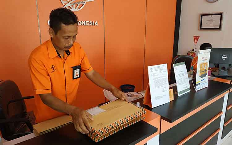 kepala kantor pos cabang Kuala Pembuang, saat memperlihatkan berkas lamaran CPNS yang dikirim melalui Pos