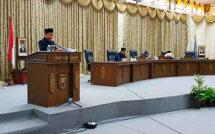 Juru bicara Fraksi Gerindra DPRD Barito Utara, Muhammad Haris Fitriady, menyampaikan pendapat akhir fraksi terhadap Raperda Retribusi Jasa Usaha.