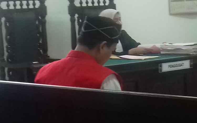 Supriyadi alias Ad alias Ka terdakwa penganiayaan saat di Pengadilan Negeri Sampit.