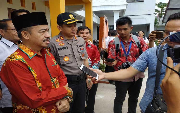 Bupati Seruyan Yulhaidir saat memberikan keterangan kepada media. Bupati mengatakan tahun ini Pemkab Seruyan merekrut tenaga honorer guru agama