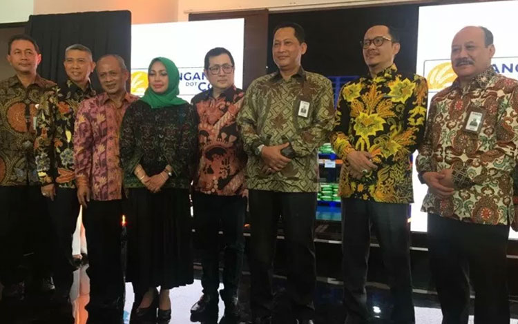 Direktur Utama Perum Bulog Budi Waseso (tiga kanan) serta jajaran direksi Bulog pada peluncuran supermall panganandotcom di Gudang Bulog Jakarta, Selasa. (ANTARA/Mentari Dwi Gayati)