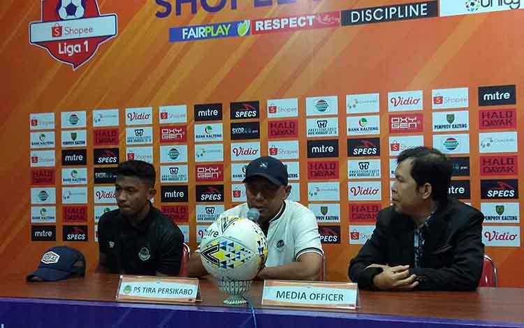 Pelatih Tira Persikabo Rahmad Darmawan (tengah) menyampaikan ke awak media soal kewaspadaannya menghadapai tim tuan rumah, Kalteng Putra, Rabu besok.