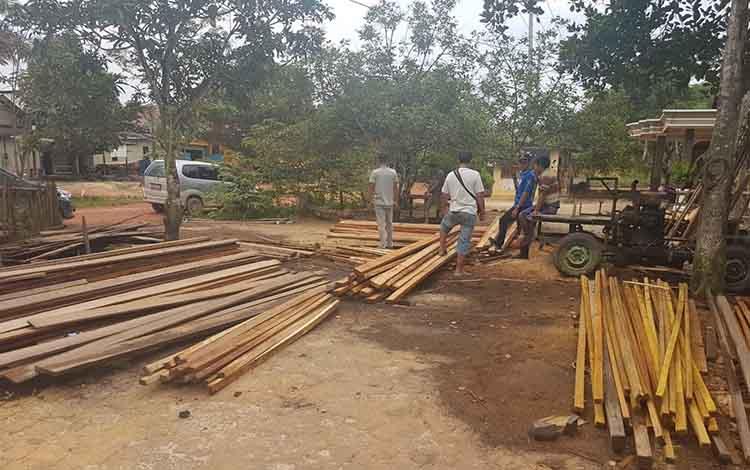 Barang bukti kayu olahan dan mesin pengolah saat diamankan jajaran Polres Seruyan di Desa Suka Maju kecamatan Seruyan Tengah