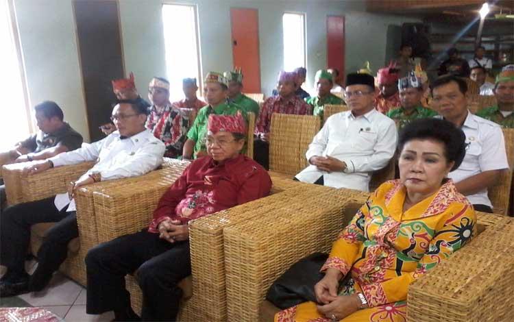 Wakil Bupati Katingan Sunardi Litang didampingi Ketua DAD Duwel Rawing dan Waket DAD Provinsi Kalteng Tuty Dau menghadiri Musda DAD, Rabu 27 November 2019