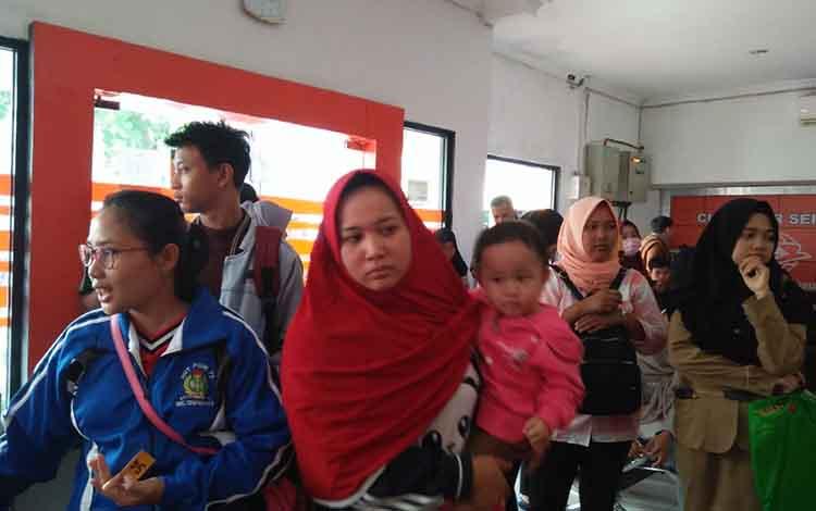 Sejumlah pelamar tes CPNS saat antre di Kantor Pos Indonesia cabang Sampit untuk menyerahkan berkas lamaran. Saat ini sudah ada 2.000 berkas lamaran yang diterima BKD Kotawaringin Timur, Rabu, 27 November 2019.