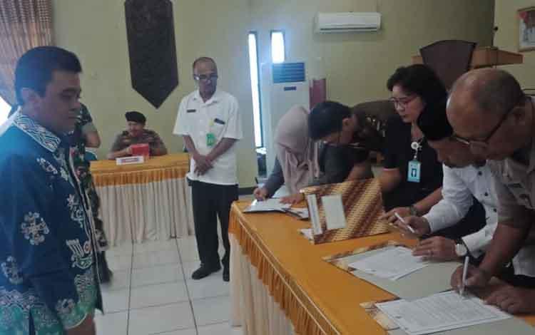 kepala KPPN Buntok menyaksikan penandatangan DIPA