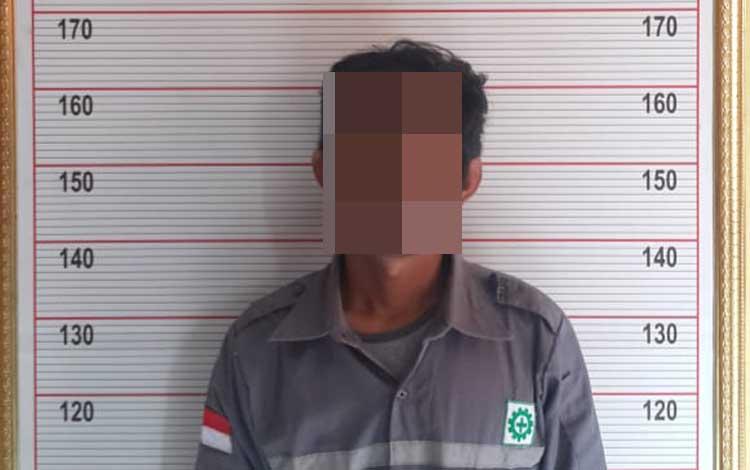 Tersangka AE (37 tahun) warga Kelurahan Baru yang ditangkap Satreskrim Polres Kobar akibat melakukan oenganiayaan terhadap istri, Selas, 26 November 2019
