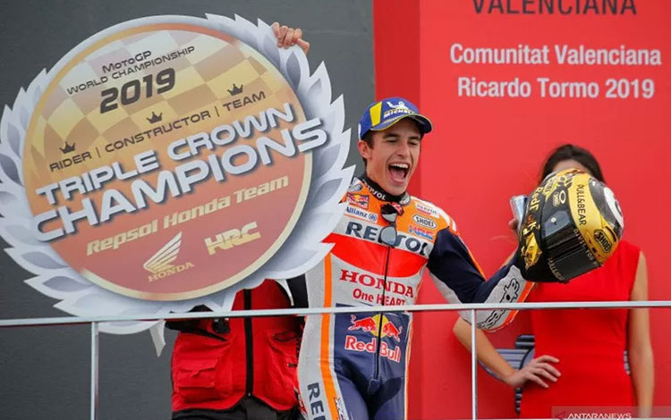Pebalap Repsol Honda Marc Marquez melakukan selebrasi usai menjuarai Grand Prix Valencia di Sirkuit
