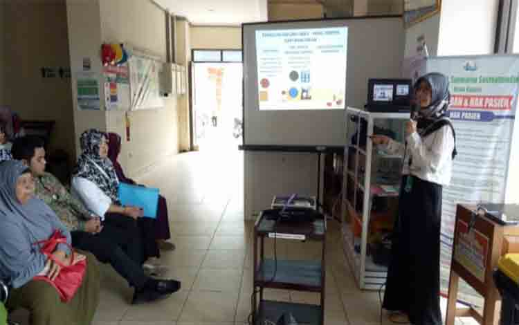 Tim PKRS RSUD dr Soemarno Sosroatmodjo Kuala Kapuas memberikan penyuluhan terkait Dagasibu di ruang tunggu pasien