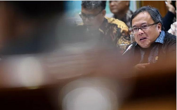 Menteri Riset dan Teknologi (Menristek) dan Kepala Badan Riset dan Inovasi Nasional (BRIN) Bambang Brodjonegoro (kanan) menyampaikan paparan saat rapat kerja bersama Komisi VII DPR di kompleks Parlemen, Jakarta, Selasa (26/11/2019).(ANTARA/ADITYA PRADANA