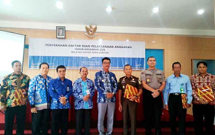 Kuasa Pengguna Anggaran (KPA) foto bersama Wakil Bupati Sugianto Panala Putra dan Kepala KPN Buntok Slamet Parman seusai menerima DIPA, Kamis 28 November 2019