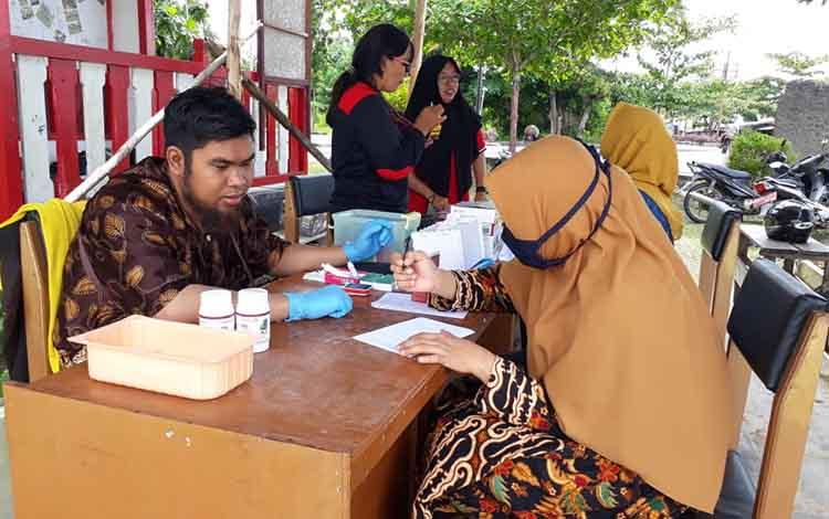 Calon pendonor saat mendaftarkan diri di markas PMI Seruyan