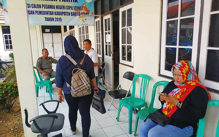 Pelamar CPNS Kabupaten Barito Utara saat akan melakukan pengumpulan berkas di kantor BKDPSDM