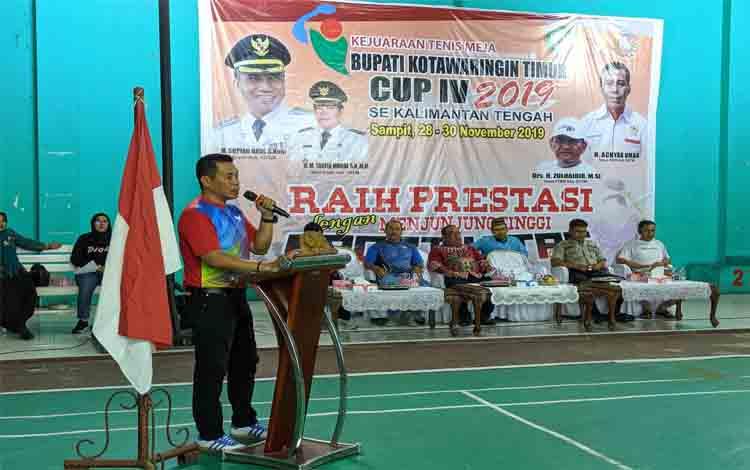 Ketua KONI Kotim, Ahyar Umar memberikan sambutan diacara Bupati Cup Tenis Meja, Kamis, 28 November 2019.