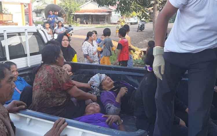 Toyota Hilux warga hitam yang membawa 12 penumpang mengalami kecelakaan tunggal di Desa Tumbang Panggo Kecamatan Tasik Payawan menyebabkan 3 penumpang tewas