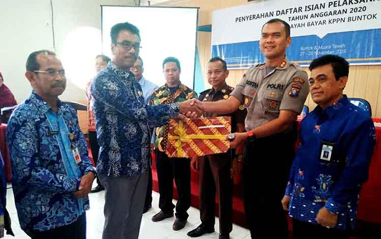 Wakil Bupati Sugianto Panala Putra  menyerahkan DIPA kepada Kapolres Barito Utara AKBP Dostam Matheus Siregar, Kamis 28 November 2019