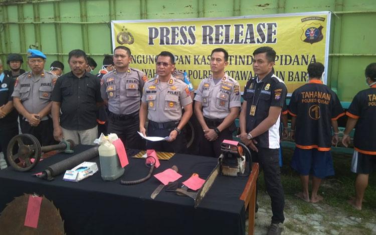 Polres Kobar menggelar Operasi Wanalaga Telabang, 1-25 November 2019. Dalam operasi itu polisi menjaring dan menetapkan enam tersangka karena melakukan tindak pidana kehutanan yakni kayu iegal.